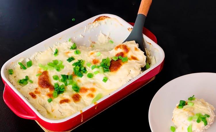 Куриные шарики в сливочно-сырном соусе в духовке