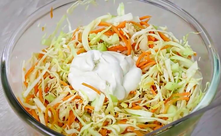 Капустный салат с курицей и морковью по-корейски