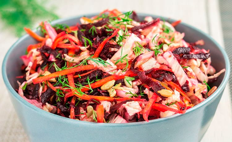 Салат из свежей капусты с вареной свеклой
