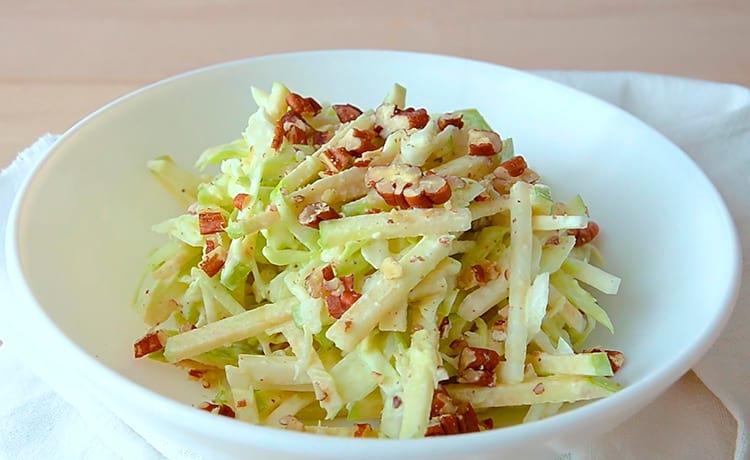 Салат с яблоком, капустой и сельдереем
