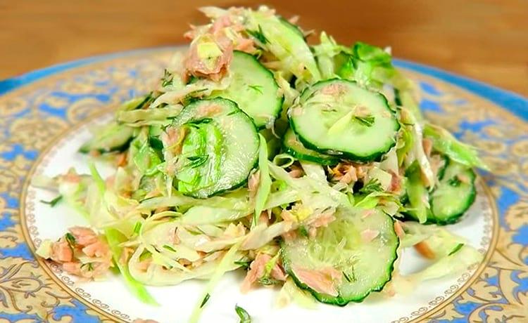 Салат с огурцом, капустой и рыбными консервами