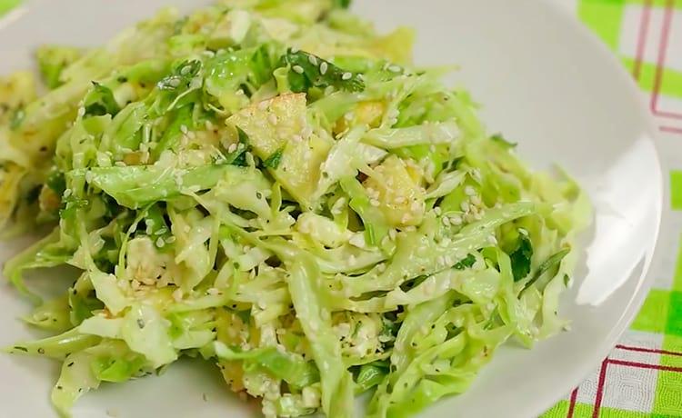 Салат из молодой капусты с фетой и яблоком