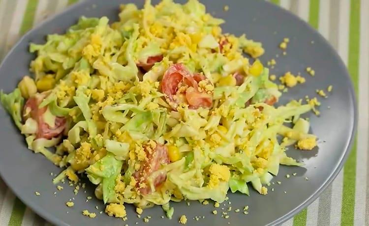 Овощной салат с кукурузой и яйцом