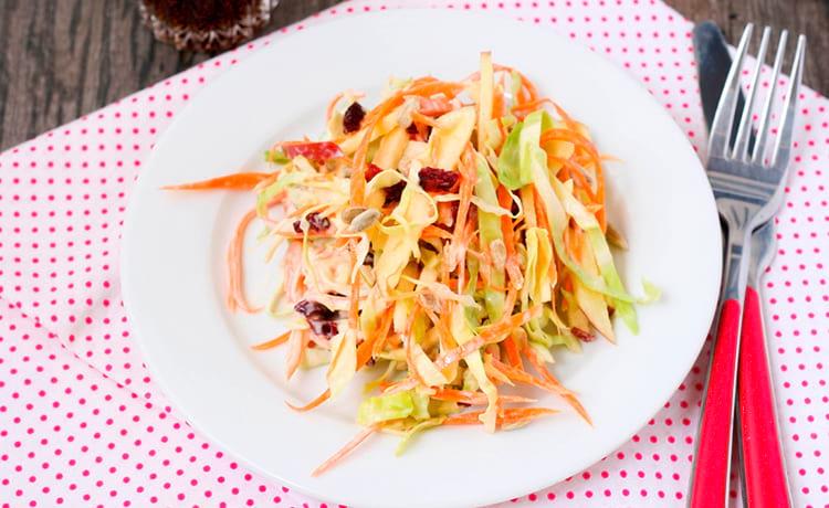 Салат с капустой, яблоком и клюквой