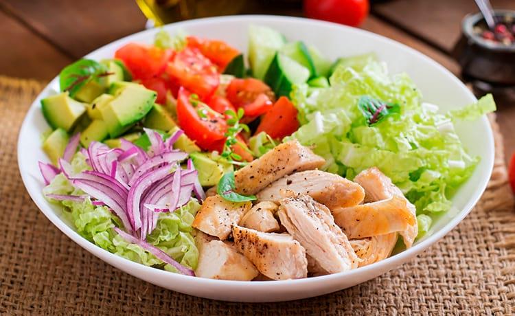 Салат со свежей капустой, помидорами и курицей