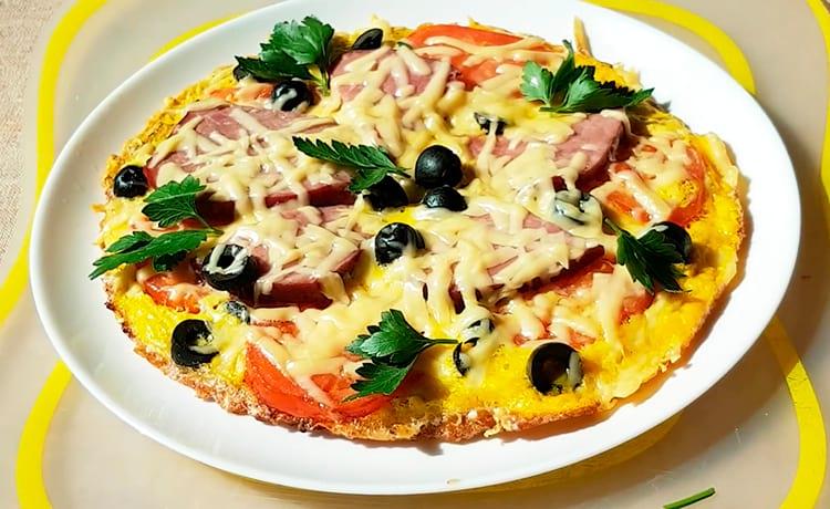 Пицца на овсяноблине с помидорами, говядиной и маслинами