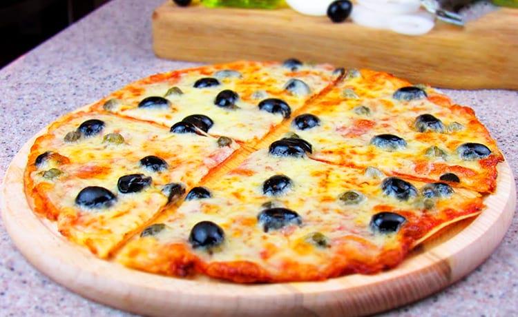Пицца на лаваше с индейкой и маслинами