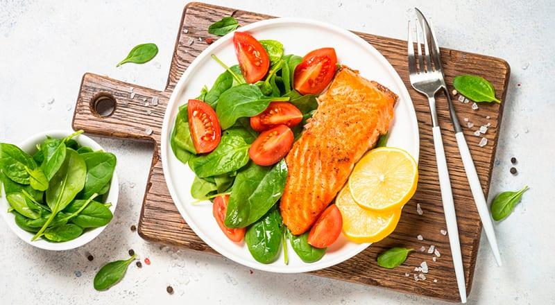 Диетический ужин: рыбный стейк с овощами