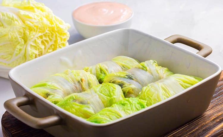 Рулетики из пекинской капусты с курицей в кокосовом соусе