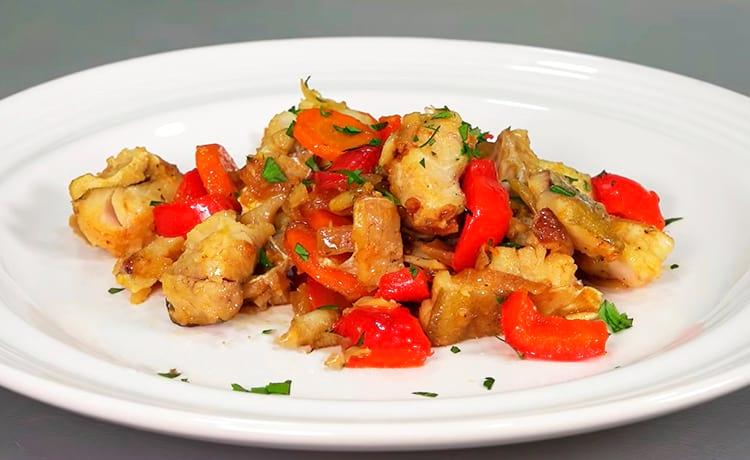 Тушеный минтай с овощами на сковороде