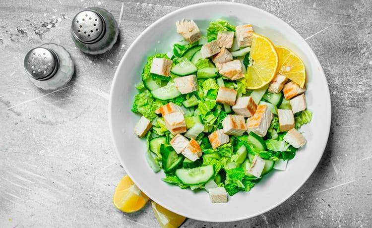 Салат с овощами и куриной грудкой