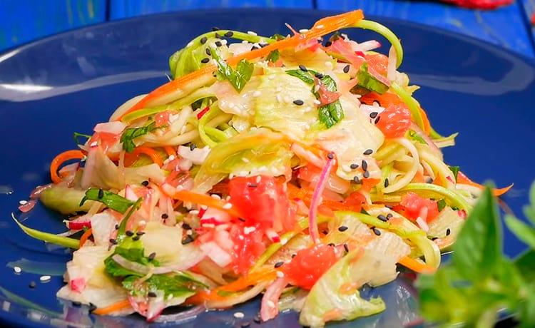 Салат с сырым кабачком, редисом и грейпфрутом