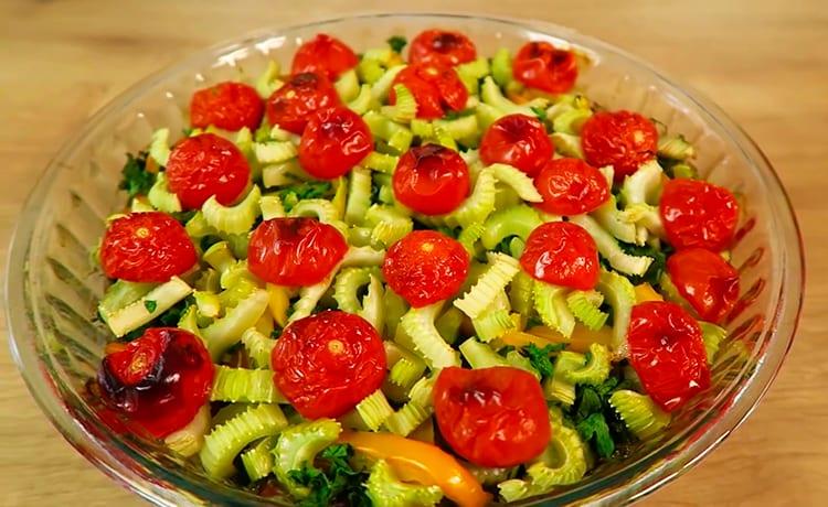 Куриная печень с овощами, тушеная в духовке