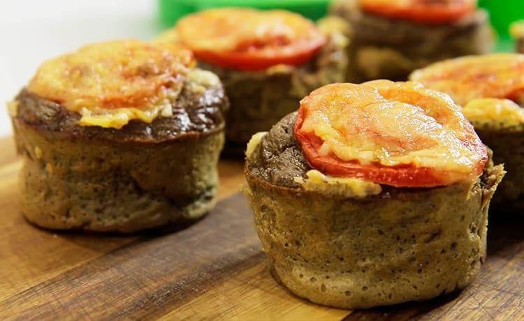 Маффины из куриной печени с помидорами и сыром