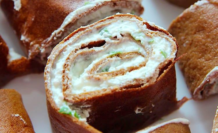 Рулет из печеночных блинов с творогом и зеленью