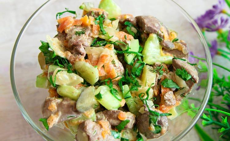 ПП-салат из куриной печени с огурцом и морковью